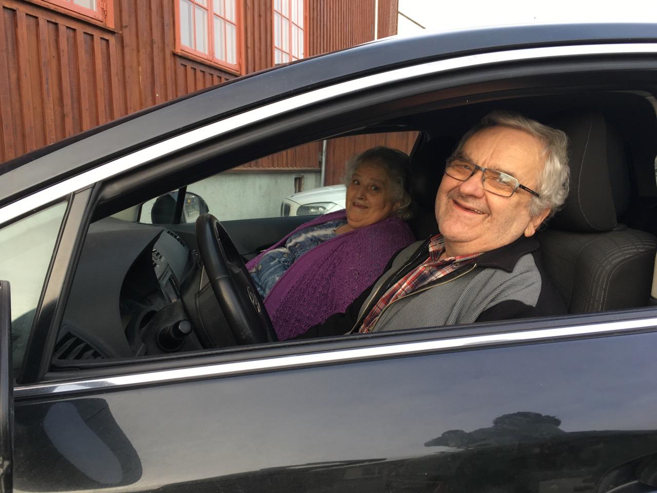 PRIVATSJÅFØRER: Terje og Reidun Vasstveit kjører gjerne ut påfyll med Gatemagasinet Asfalt til selgerne. (Foto: Merethe Aanestad)