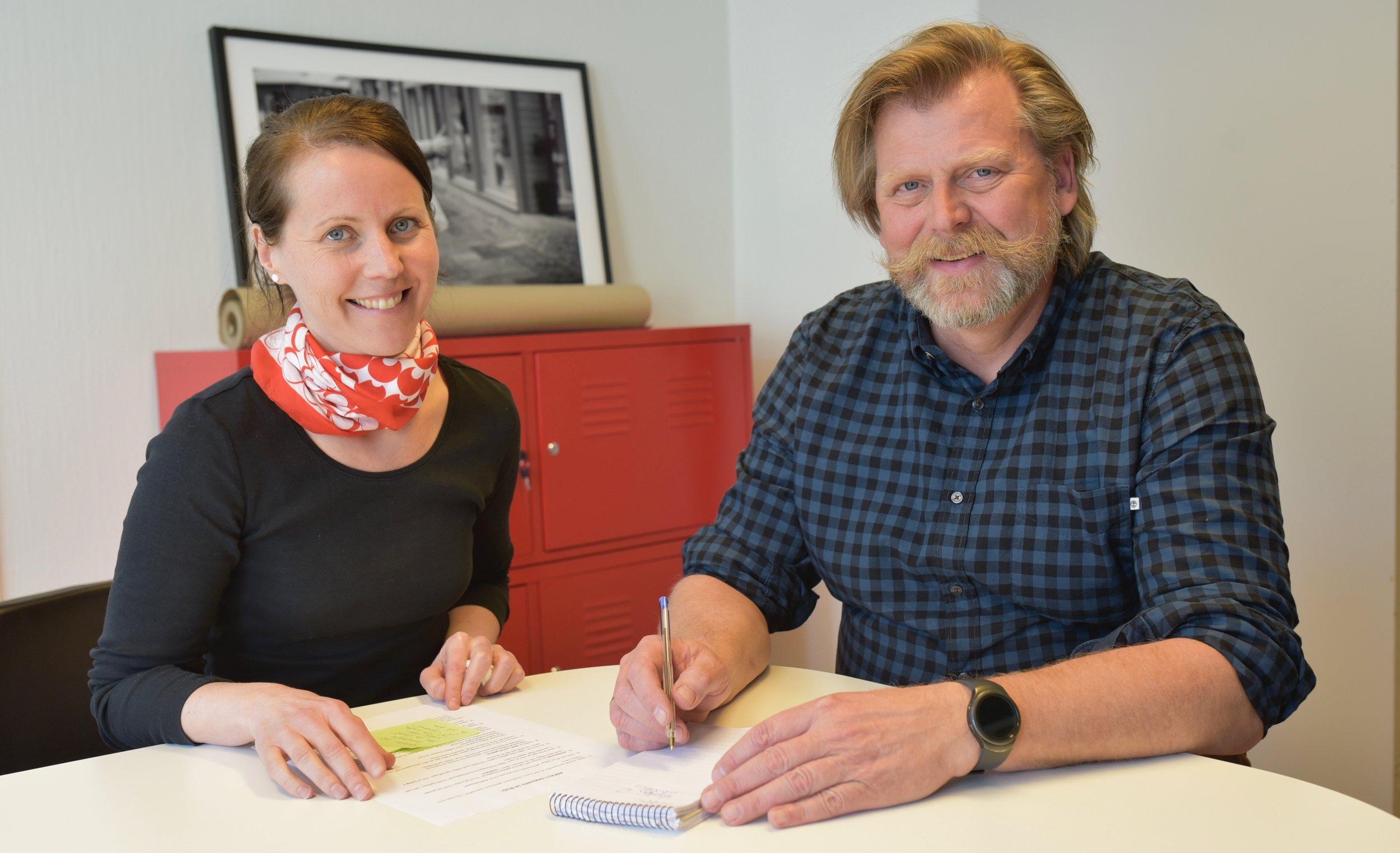 GODE RÅD: Øyvind Sandvold diskuterer strategi og utvikling med daglig leder i Stiftelsen Gatemagasinet Asfalt, Christine Midbøe.
