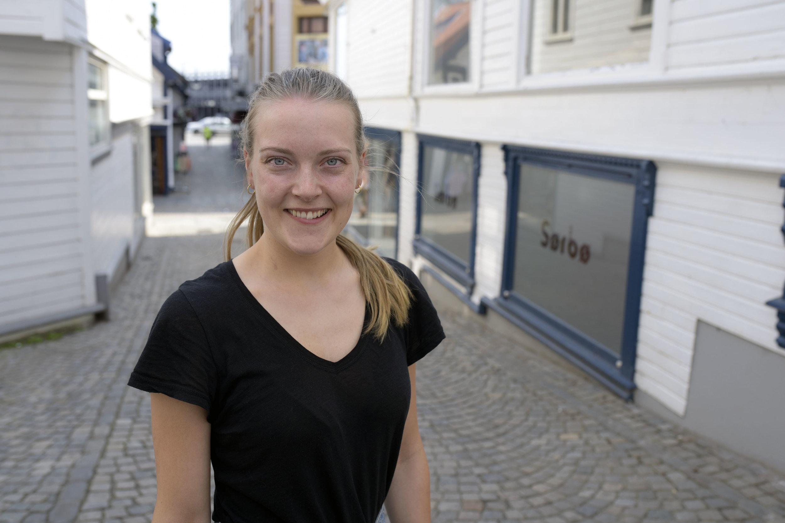 Thea Martine Olsen trives på Asfalts salgskontor.