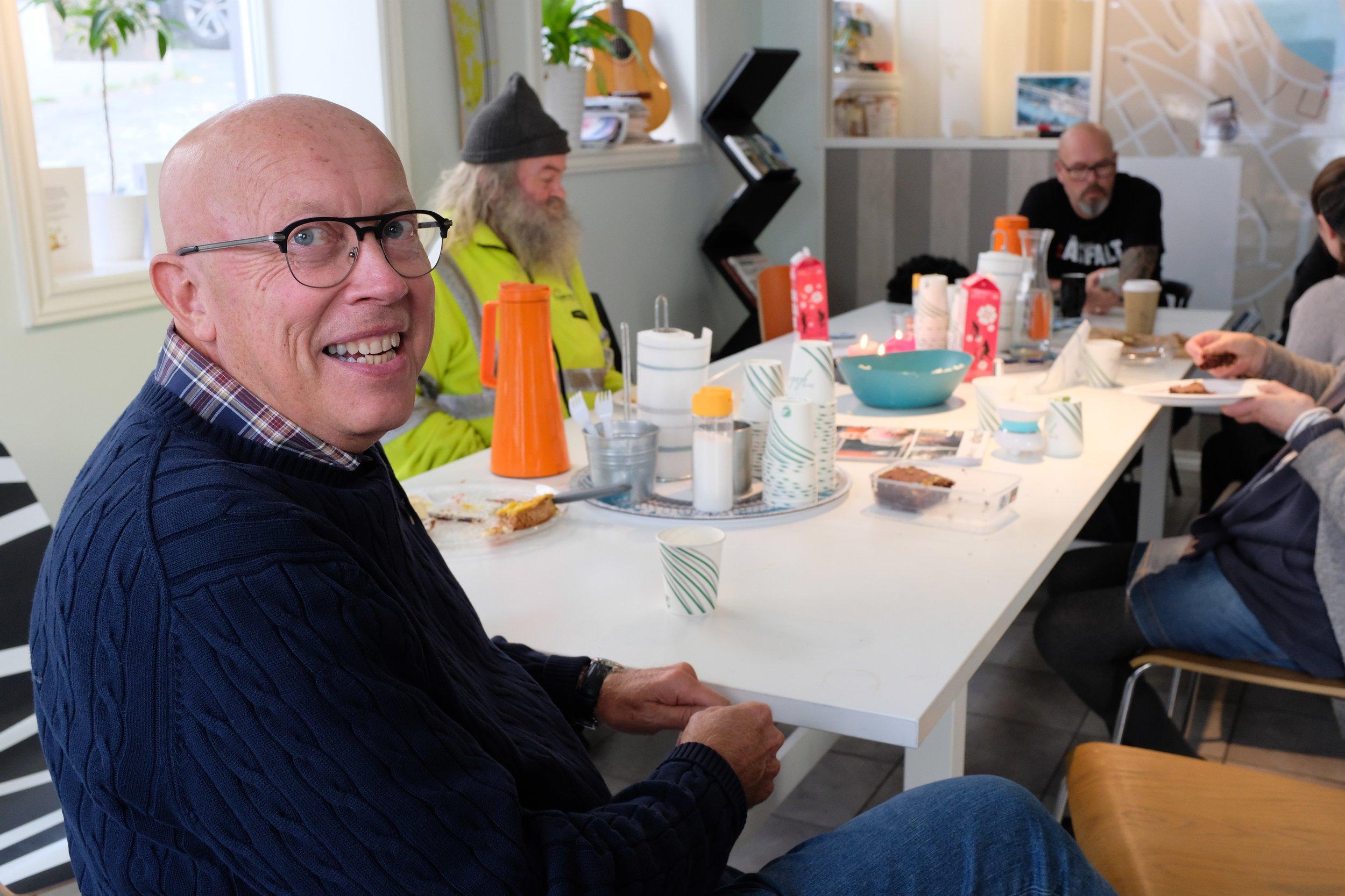 Frivillig Petter A. Haug ved salgskontoret i Stavanger.