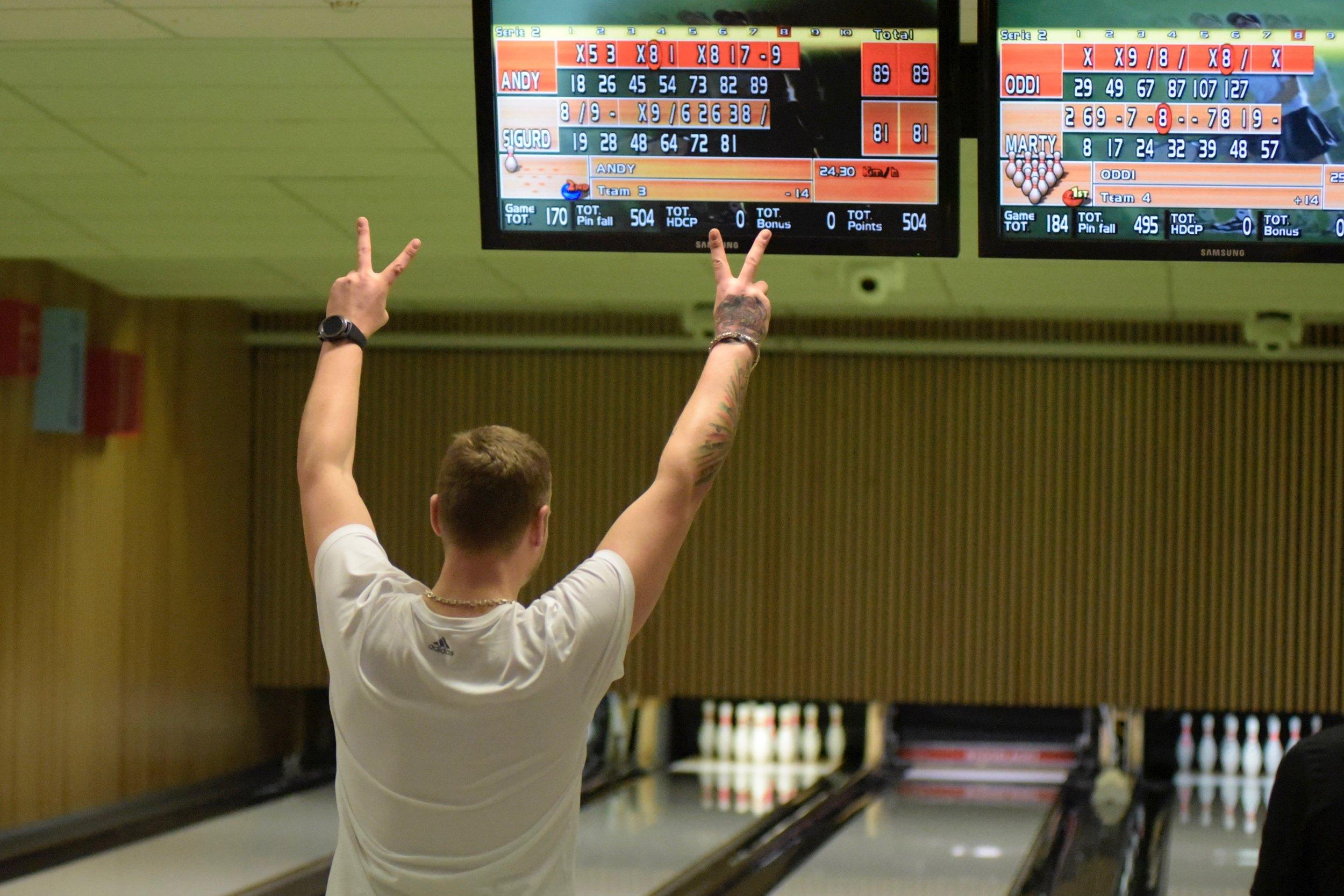 Det er stor jubel i bowlinghallen når noen klarer å treffe alle de ti kjeglene.