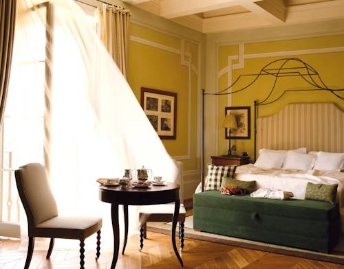 Loving the corner molding detail on the walls and the lime-yellow wall color