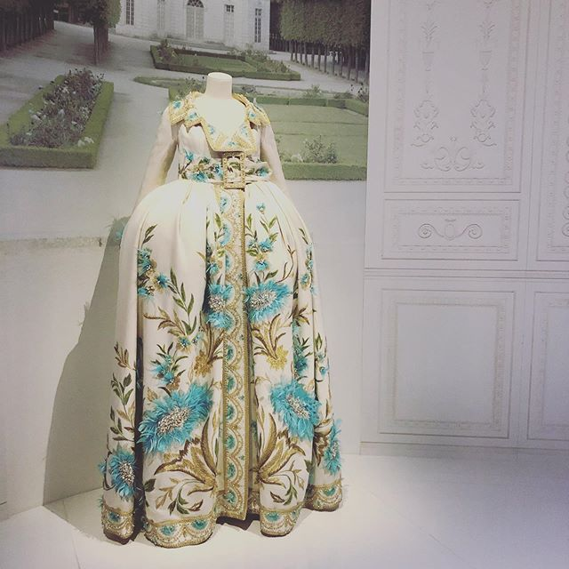 With only 30 hours in London, I was limited by what to see and do but spent 2 hours (although could have spent more) obsessing over the @dior exhibit at #victoriaandalbertmuseum - it was hard to pick a favorite outfit as they were all so beautiful, so special, and so meticulously constructed but if I had to pick a winner - here she is! The exhibit is open until September and not to be missed for even the non -  philocalist