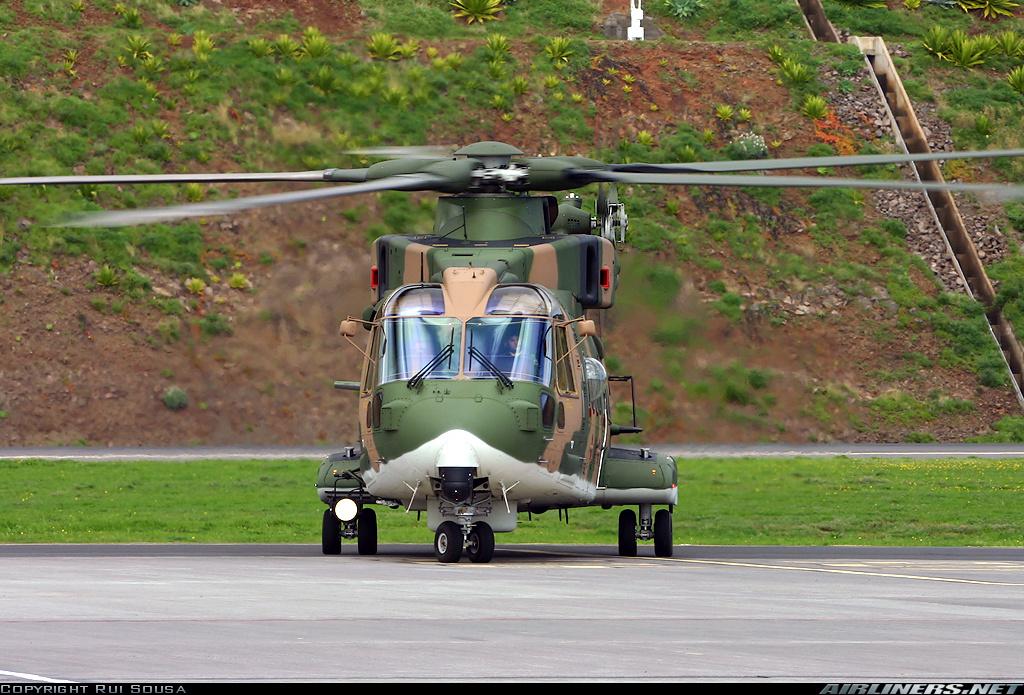 "EH-101 ""Merlin"" no aeroporto do Funchal. Foto de Rui Sousa (c)"