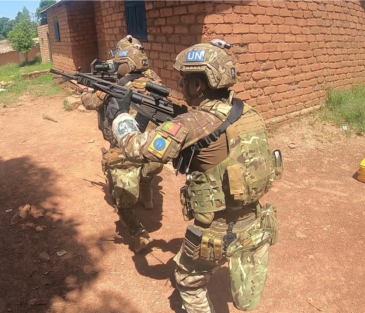 Paraquedistas portugueses em combate na cidade de Bambari. Foto via Diário de Notícias.