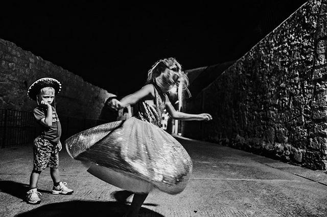 Our wild German kids dancing in the streets of Spain well past their bedtime. Finnie is waiting his turn to dance 😆 #dfpcommunity #documentaryworldwide #documentlife #wildandfree #documentaryfamilyphotogs #mallorca #spain #jfototreff #jenacity