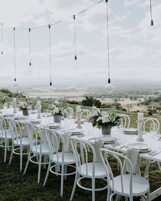 Offering the most amazing panoramic views of Byron, it's azure blue waters and across to the hinterland with dreamy luxe suites onsite @sundaysatbyron really has it all. It was such a pleasure to work with @theweddingshed on this look, one of many that work in this truly epic space ✨ Captured by @ivyroadphotography Blooms @poppyandfernflowers #elope #elopebyronbay #microwedding