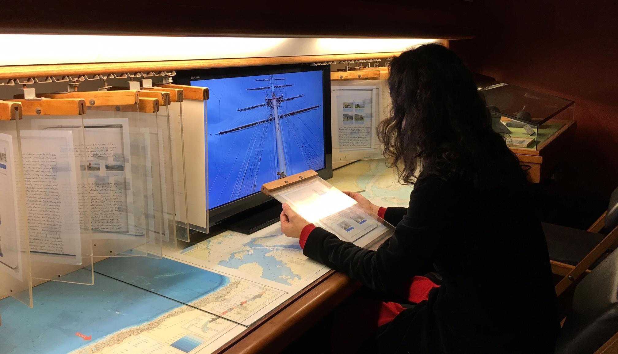 Bitácora de Viajes, impresión en transparencia de bitácora de navegaciones en el buque Esmeralda y en el extremo austral; video  Crujidos .   Intervención en el archivo del museo, cartas de Lord Cochrane.
