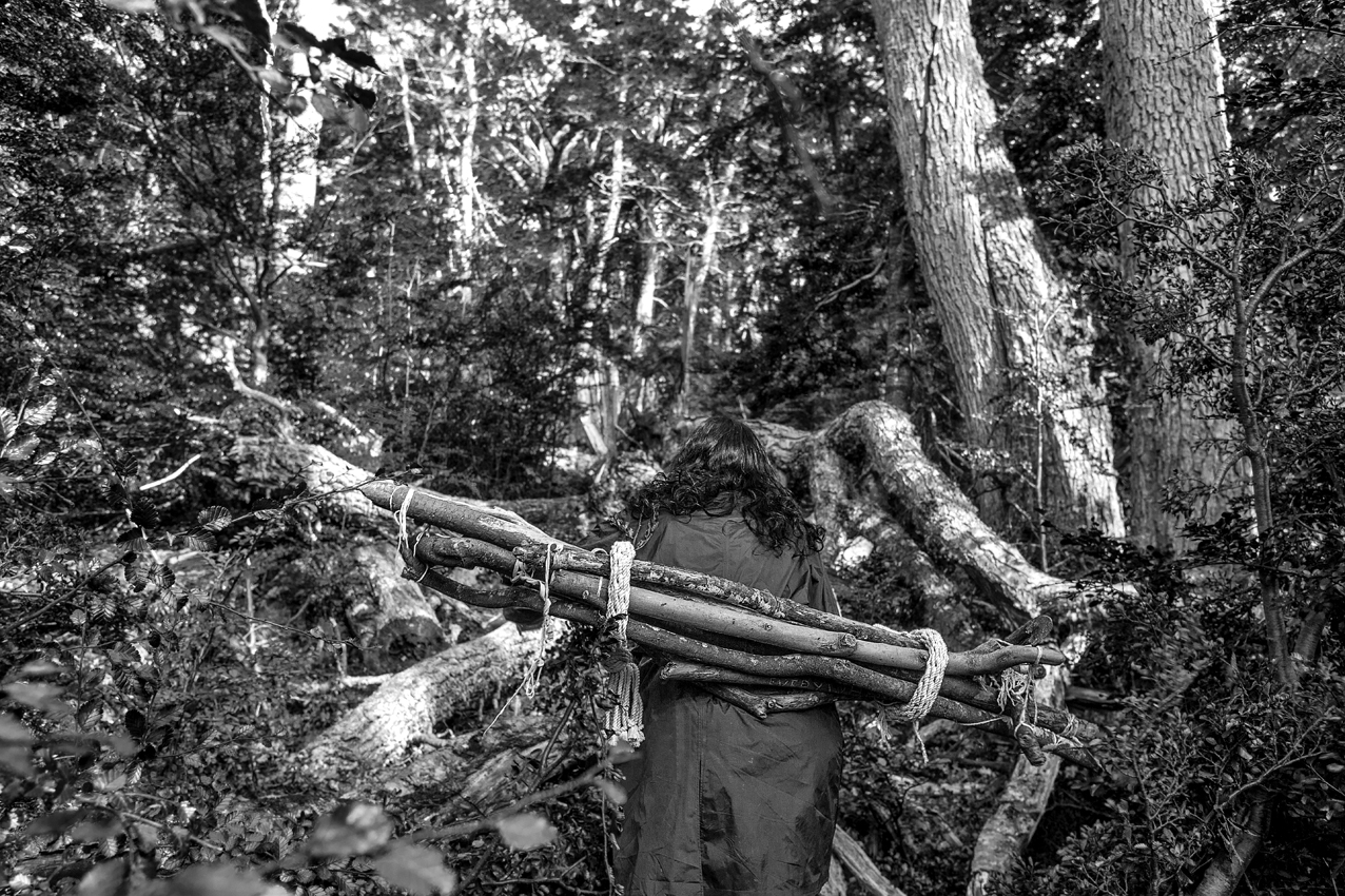 Caminata Circular  II, 2015.  performance, isla Navarino. Impresión Lamda. 80 x 120 cm.      Circular Walk II   , 2015. Performance, walking with the sticks on Navarino Island. Lambda Print. 80 x 120 cm.