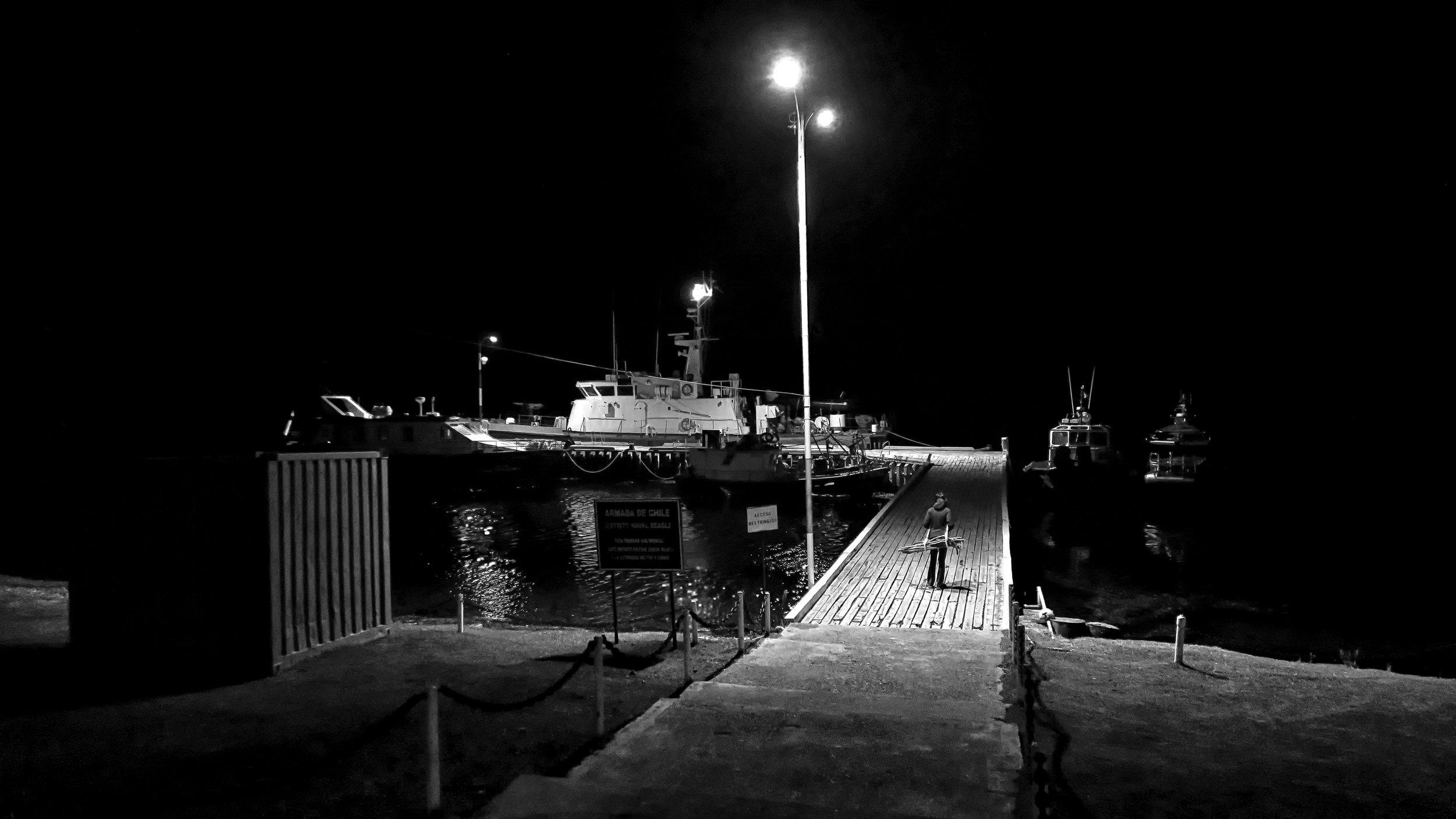 Más Afuera,  2015.  Performance, isla Navarino. Impresión Lambda. 80 x 120 cm.     Further Out, 2015. Performance, Navarino Island. Lambda print. 80 x 120 cm.