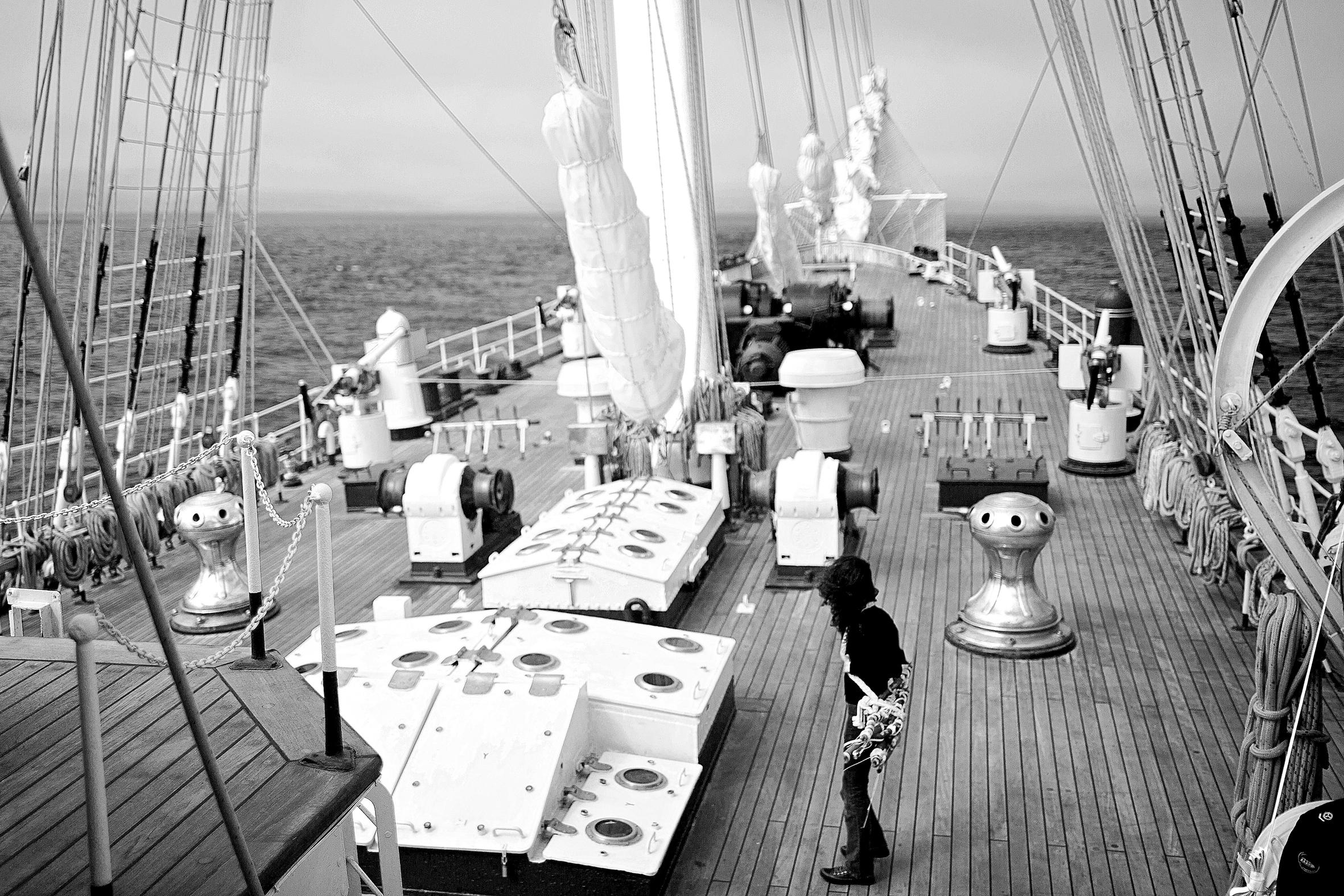 Navegación , 2015.  Performance, buque Esmeralda, Océano Pacífico. Impresión Lamda, 80 x 120 cm.     Navegation , 2015.   Performance,  Esmeralda ship, Pacific Ocean. Lamda print, 80 x 120 cm.