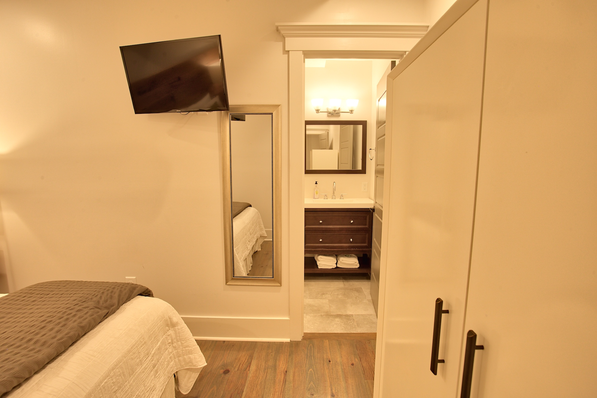 Suite on King Street Charleston SC Vacation Rental The Folly Suite7.jpeg