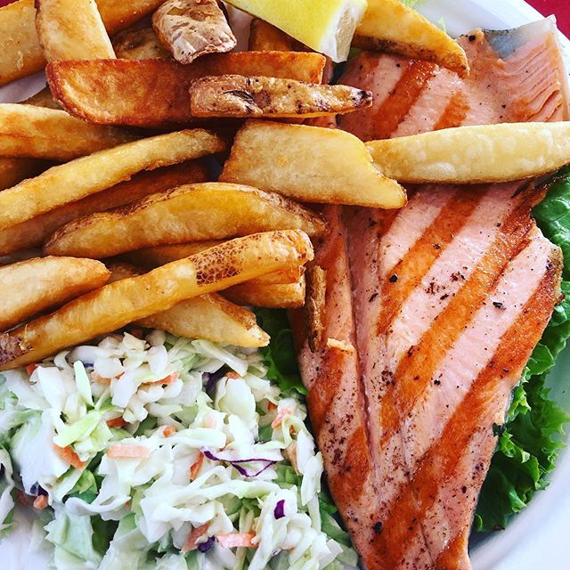With Summer coming, means more fresh fish, coleslaw & fries ☀️ One of my favorite spots when I go to LA is @malibuseafood . . . . . #glutenfree #freshseafood #summervibes #celiaclife #whatsbreadgottodowithit #foodstagram