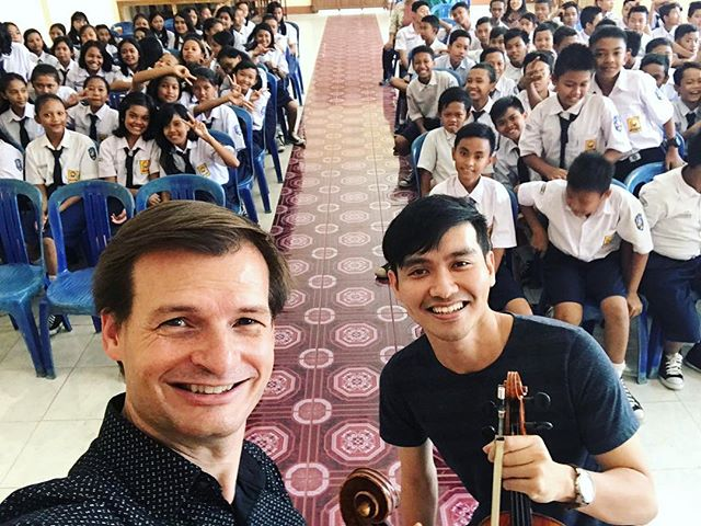 It's always special working with students in Indonesia - I still haven't met a more energetic and passionate bunch! Thank you to musician extraordinaire @michaelhallviola and @bandungphil for having me on this outreach session at #smppusakaciranjang ! #cianjur #indonesia #outreach #indomusikgram #violin #violinist #viola #violist #instaclassical