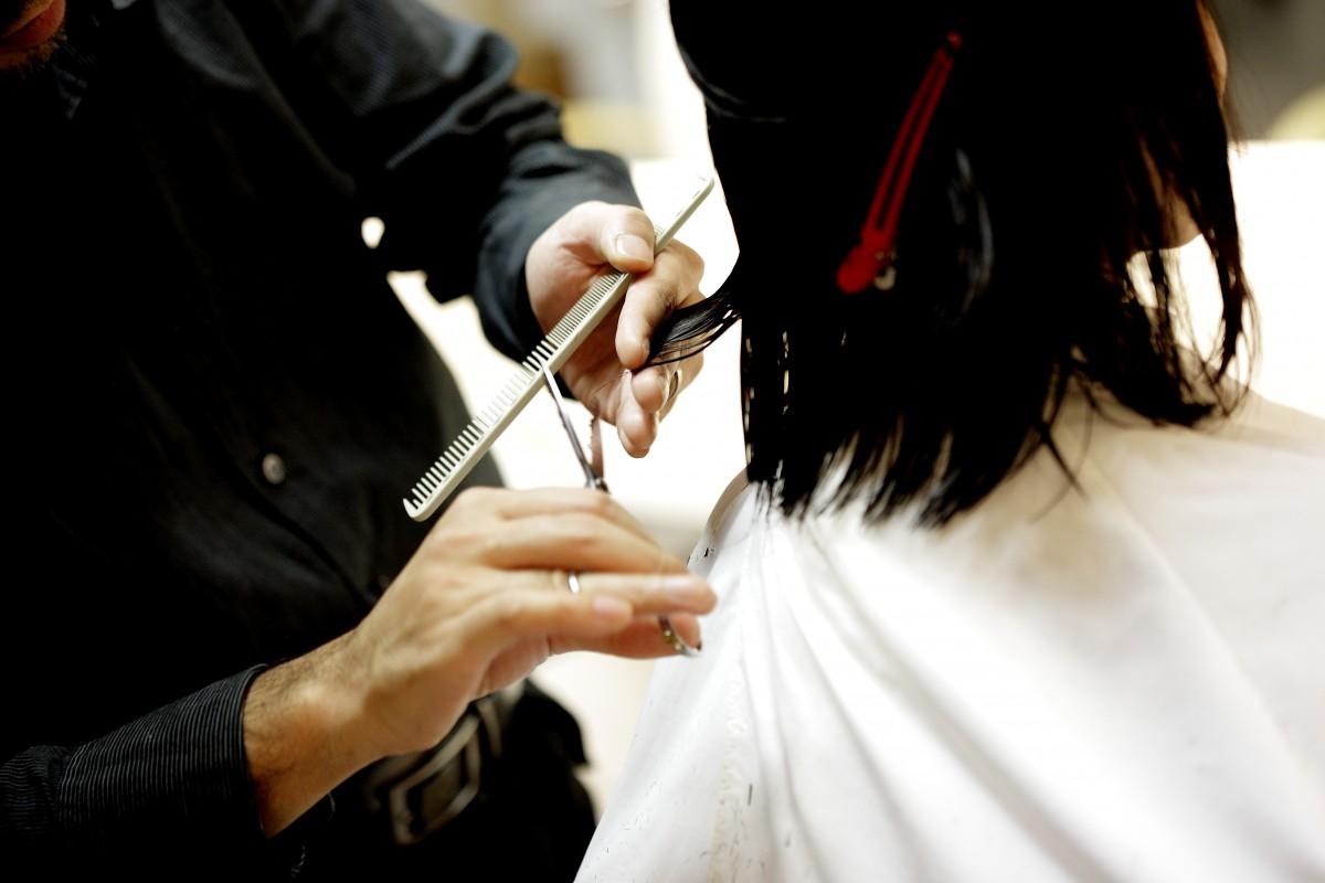 haircut_hair_cut_beauty_salon_combs_pair_of_scissors_beautician-1072486.jpg