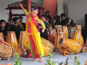 A young girl from Wadah Cibodas Community Center performed traditional dance Jaipong inn the opening ceremony