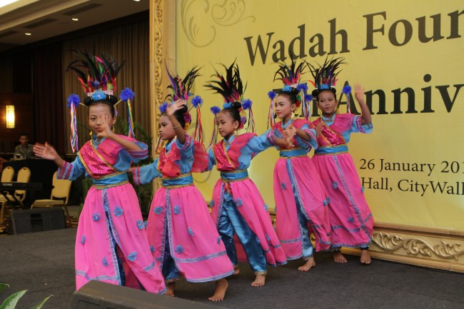 Children of PKM Wadah Jatibening   performed superb traditional  dances