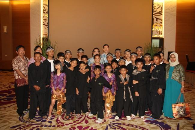 Bapak Hashim dan Ibu Anie Hashim berfoto bersama dengan anak-anak dari Komunitas Wadah Cibodas Lembang, Bandung yang merampaikan acara ulang tahun Wadah ke-6 dengan penampilan rampak gendang yang sangat dinamis