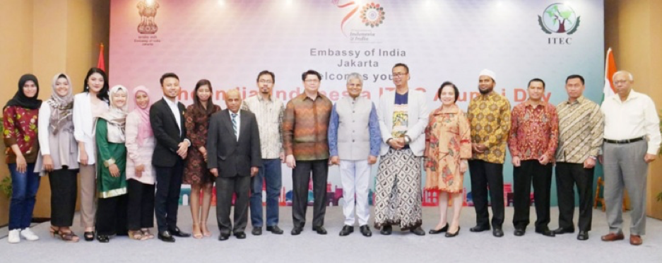 Class reunion: Indian Ambassador to Indonesia Pradeep Kumar Rawat (seventh right) and Wadah executive director Retnaning Tyas (fifth right) pose with Indonesian alumni of the Indian Technical and Economic Cooperation (ITEC) program at the India-Indonesia ITEC Alumni Day in Jakarta on Sunday. The ITEC program has sponsored over a dozen Indonesian women from East Nusa Tenggara to study solar energy in India. (Courtesy of the Embassy of India in Indonesia)