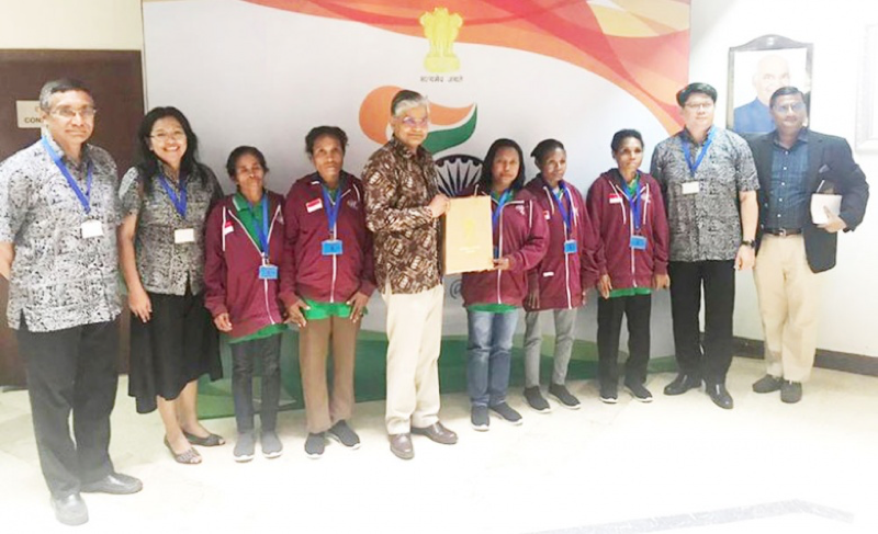 All set: Five participants (in maroon jackets) of the solar panel training program's second batch pose for photographs with Indian Ambassador to Indonesia Pradeep Kumar Rawat (fifth left), the embassy's deputy chief of mission Prakash Gupta (far right) and Wadah Foundation executives before flying to Indonesia for the six-month training in India in September last year. (Courtesy of wadahfoundation.or.id)