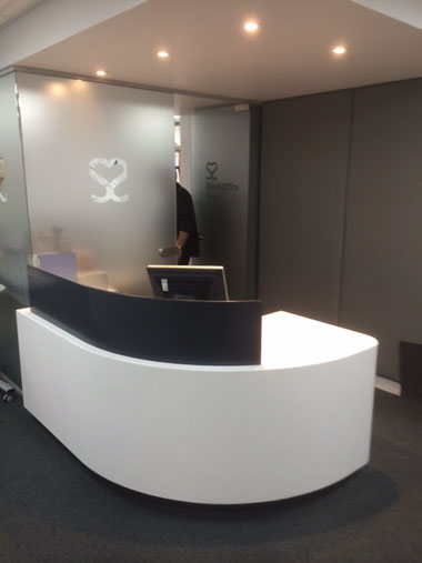 Curved solid surface reception counter