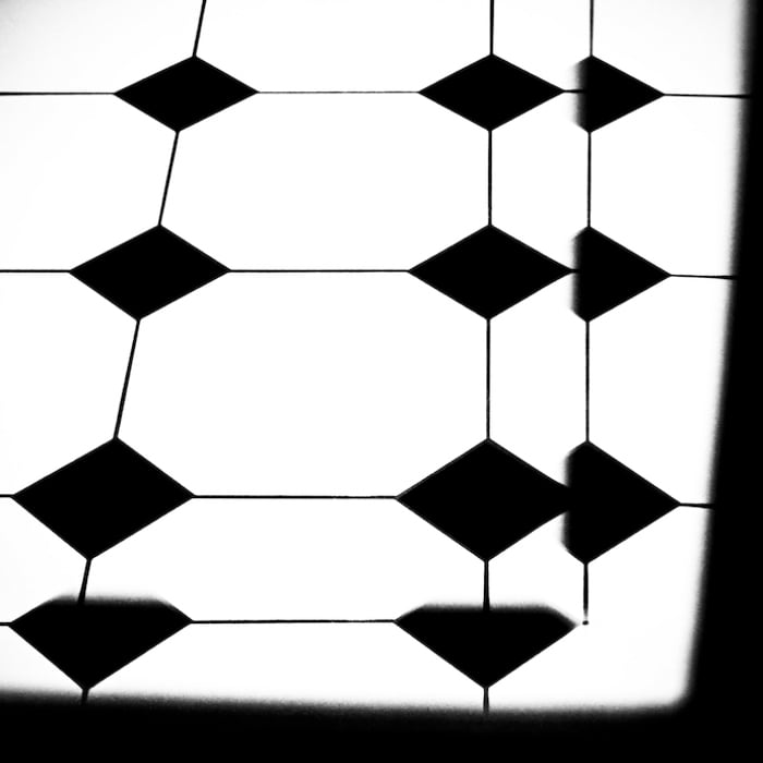 Toronto, 2008.   Where are the edges of the box? How far can the box be expanded? If I thought outside the box, would the thought not be another box?  What if that box, is a black box? It would make no difference, no one knows what goes on inside a black box... and it does not matter as long as it appears to work.     * * * ¿Dónde están los bordes de la caja? ¿Qué tan lejos puede ser expandida la caja? Si yo pensara fuera de la caja, ¿no sería ese pensamiento otra caja?  ¿Qué pasa si esa caja es una caja negra? No haría la menor diferencia, nadie sabe qué pasa dentro de una caja negra... y no importa siempre y cuando parezca funcionar.