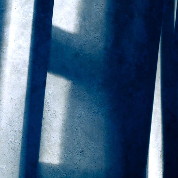 Acuitzio del Canje, 2010.   Palíndroma de luz y sombra, contrapunteando sobre mi no-barrido suelo,  claro .
