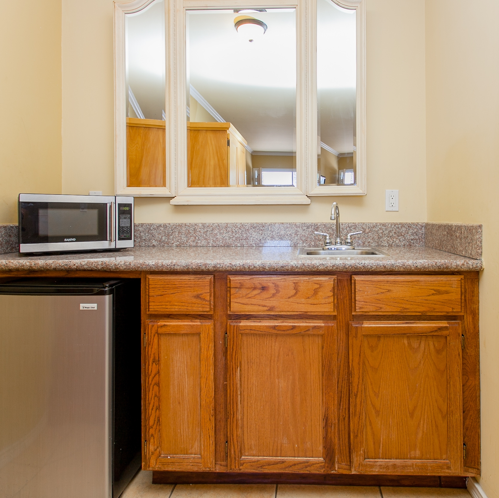 SUITES FEATURE: WET BAR, MICROWAVE OVENS AND MINI FRIDGE