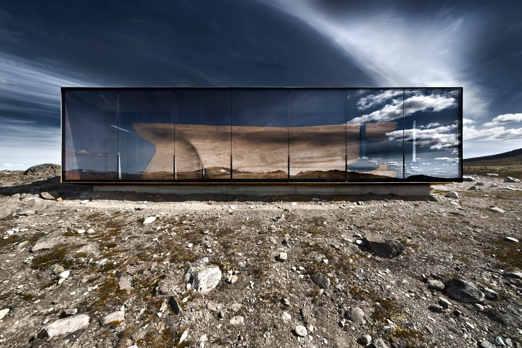 The 90 m2 building is open to the public and serves as an observation pavilion for the Wild Reindeer Foundation educational programmes.