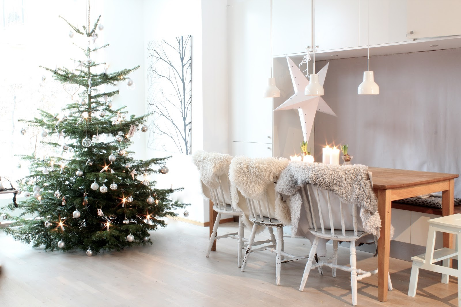 Fir tree plus fur rugs = cosy Christmas!   Image source