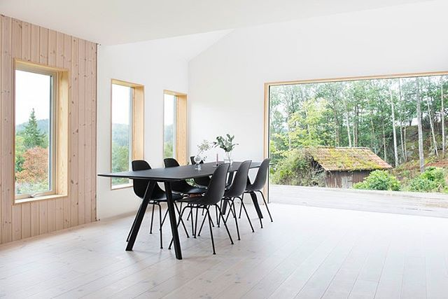 This stunning cottage renovation was designed by Gothenburg-based architecture firm Fabel Arkitektur - follow the link in bio to see more 👌🏼