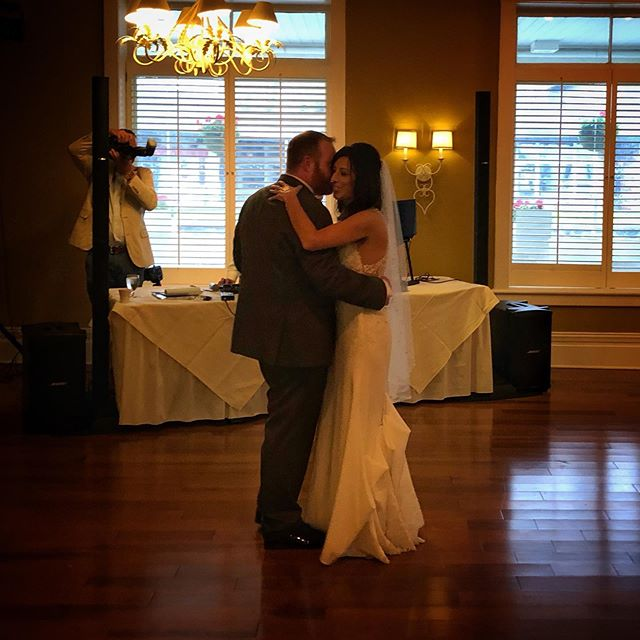 Lisa and Pat, you guys really are the perfect match. Thanks for an amazing wedding that brought so many people I love together. I still don't really understand the alligator dance, but I had tons of fun dancing at your wedding 🕺🏻 . . On a side note: fasting 16 hours really seems to be a great trick to fight jet lag. It's ironic that I learned it now when I'm cutting back on leisure flights due to severe climate angst, but better late than never I guess 💁🏻‍♂️