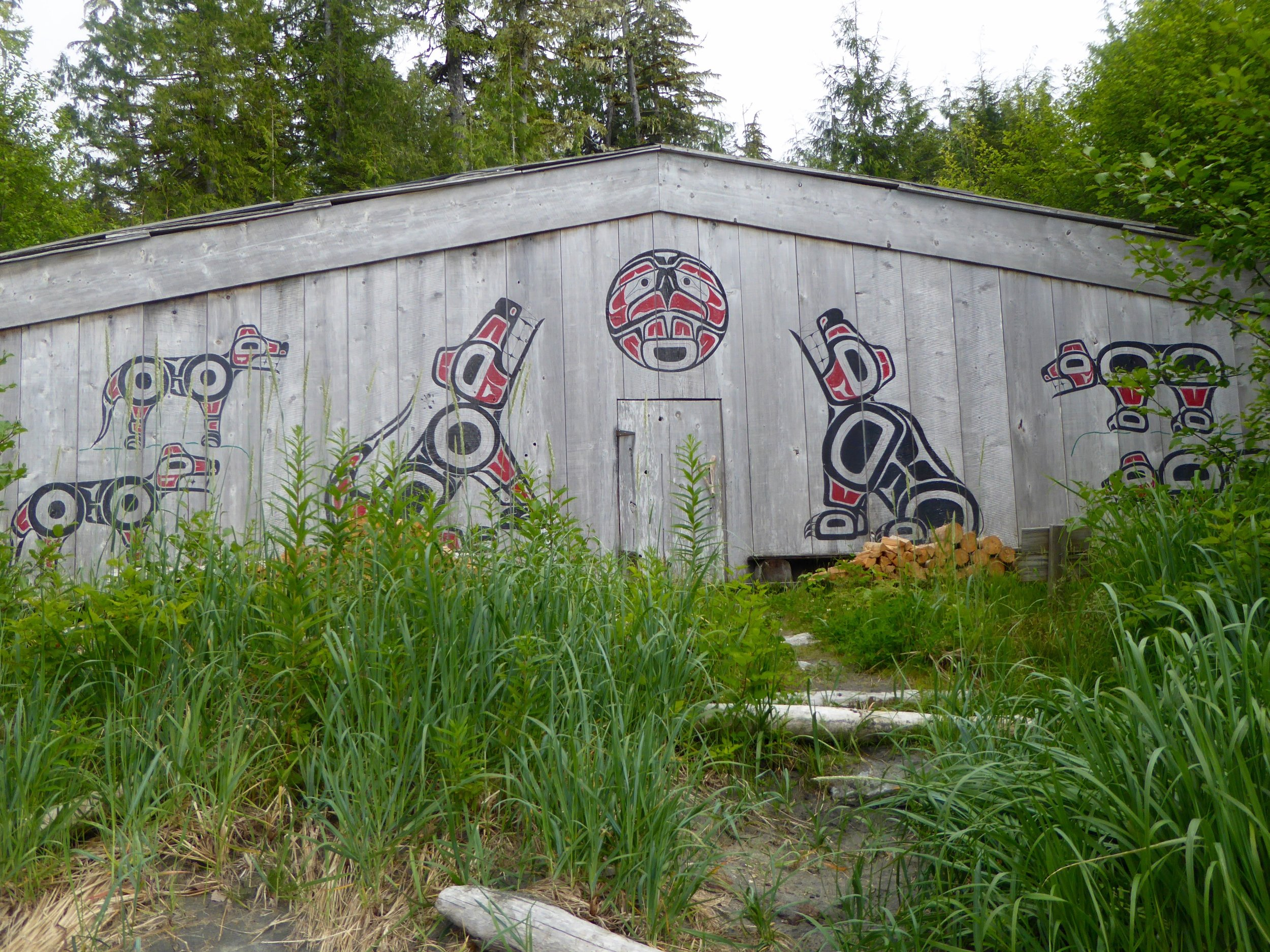 The two figures guarding the door are paintings of the wolf clan.