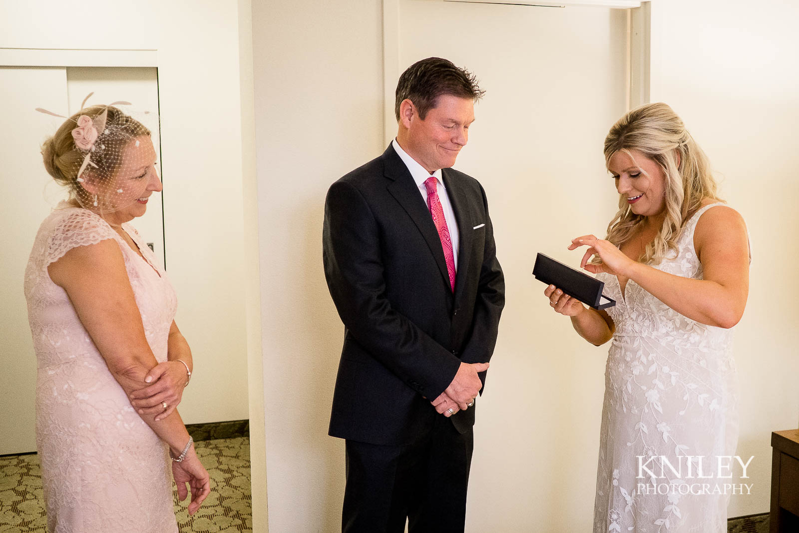 06-Hilton-Garden-Inn-Downtown-Wedding-Getting-Ready-Rochester-NY-Kniley-Photography.jpg