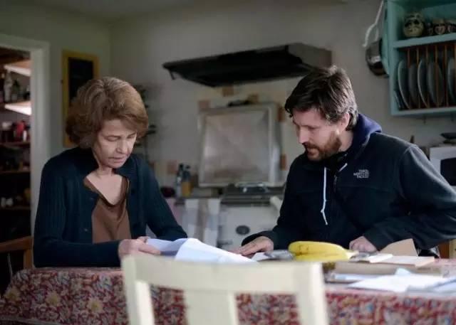 女主夏洛特·兰普林与安德鲁•海格一起阅读脚本