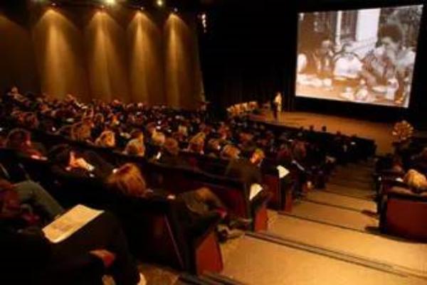 卢米埃尔影院放映卢米埃尔兄弟的影片,座无虚席