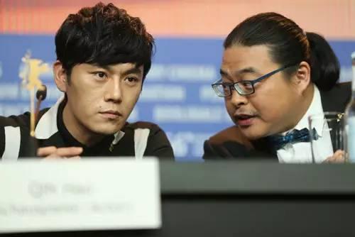 导演杨超在与主演秦昊交谈
