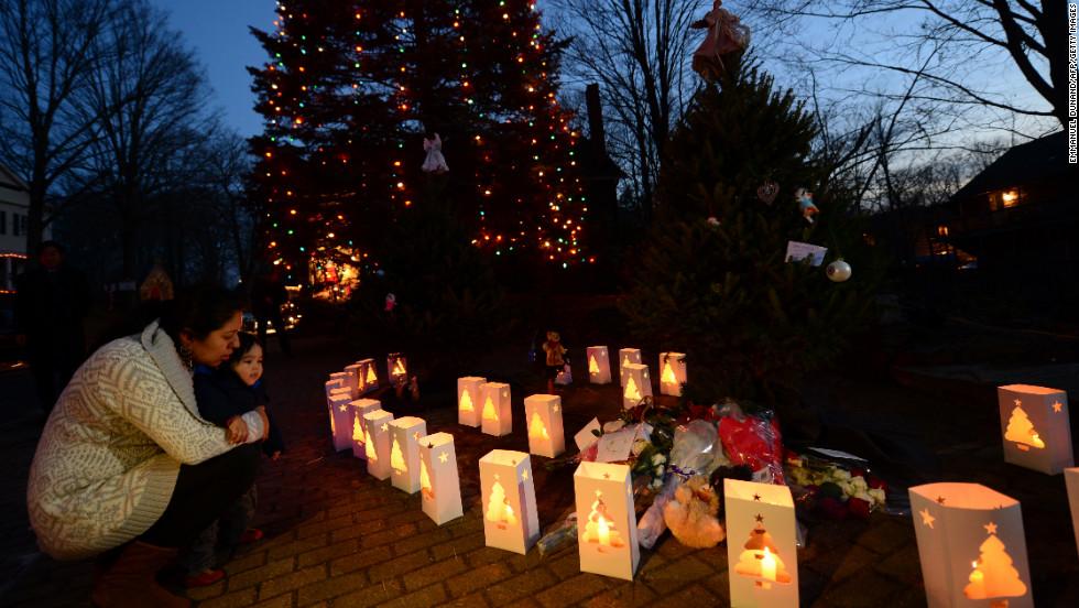 2012年12月15日,在美国康涅狄格州纽敦市,群众在枪击案发生地桑迪胡克小学的路口悼念遇难者。