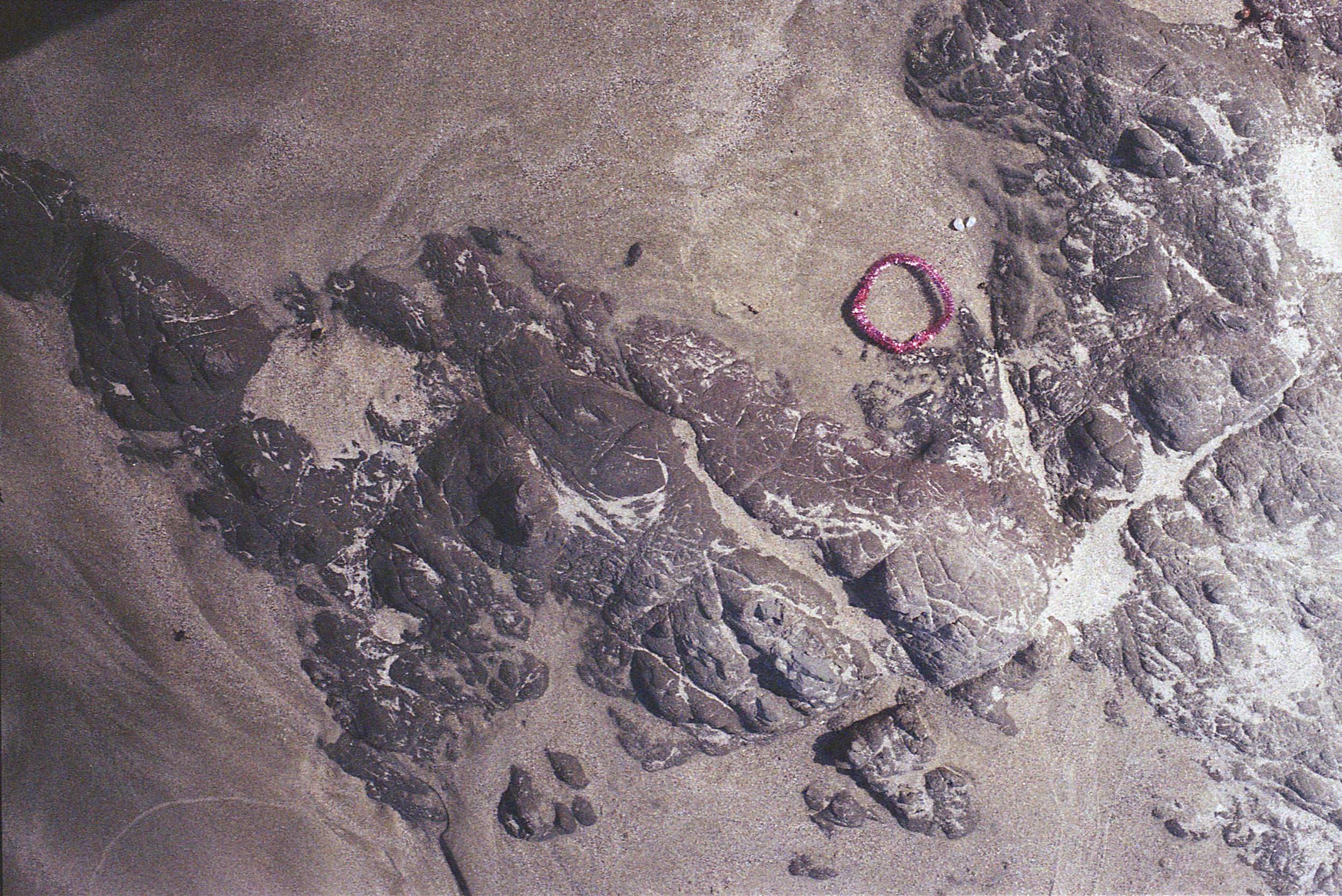 glitzerring auf sand und steinen.jpg