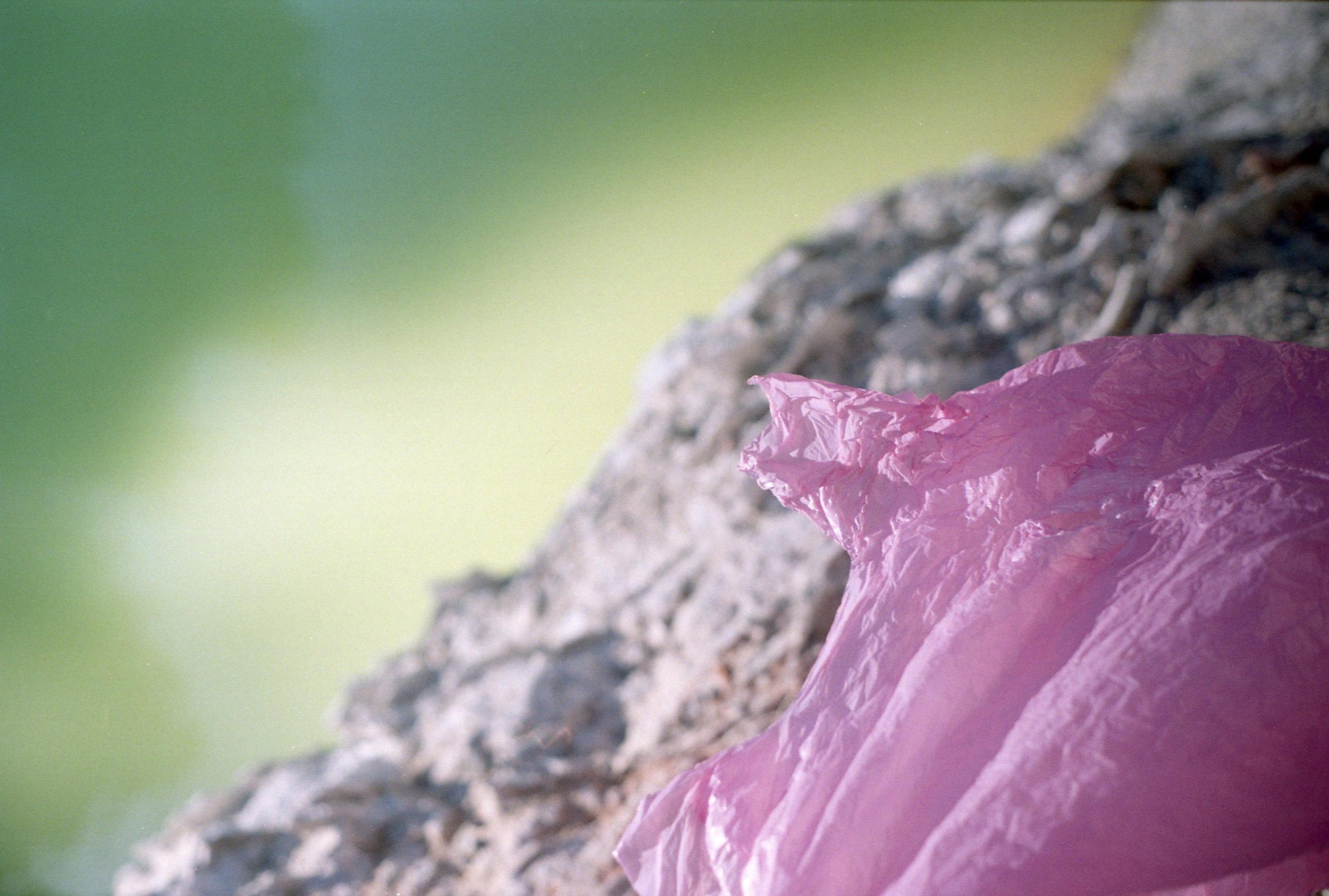 rosa plastik vor schwefelsee.jpg