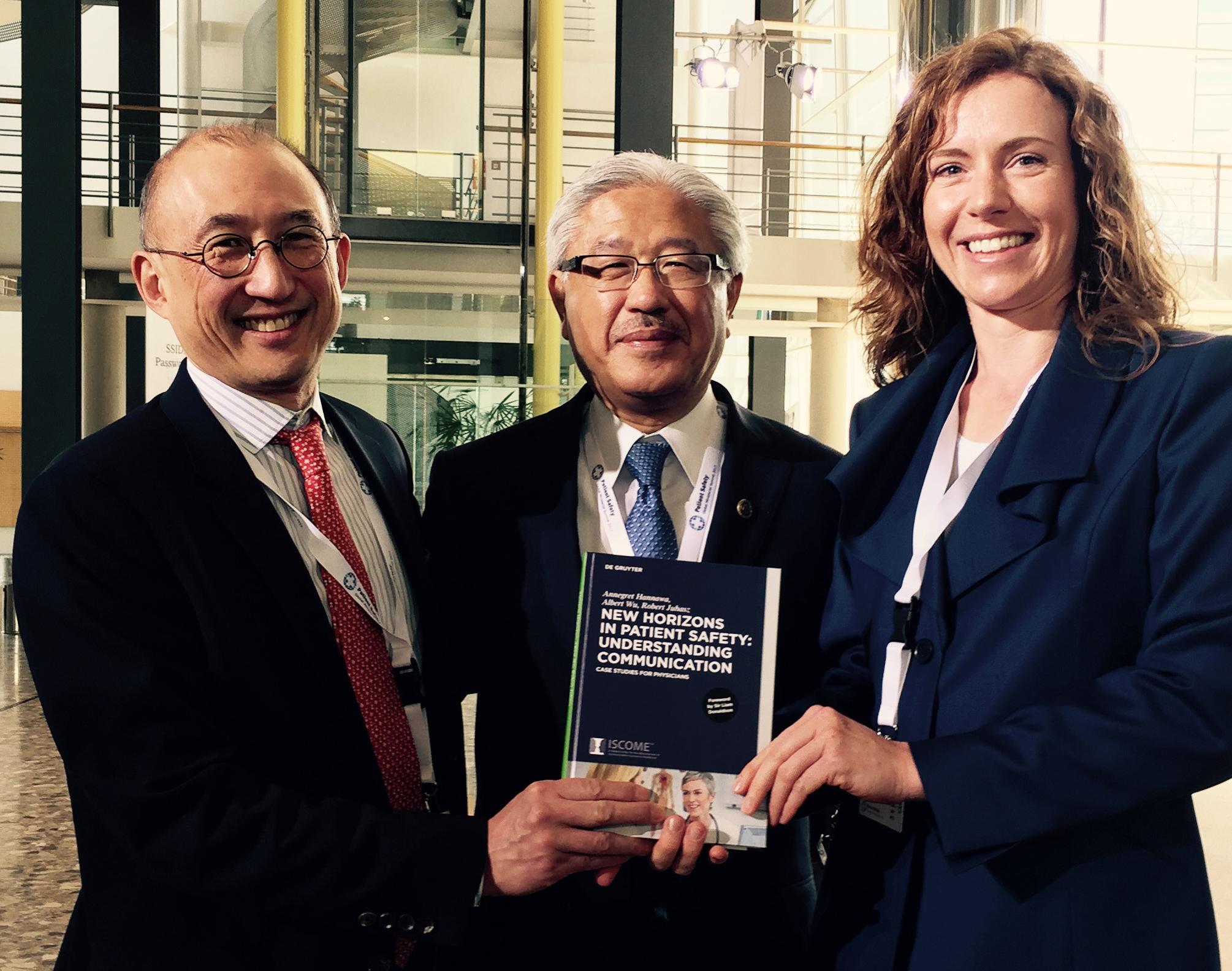 Frisch gedruckt: Mit Albert Wu (links) and Victor Dzau (Mitte) auf dem Ministergipfel für Patientensicherheit 2017 in Bonn.