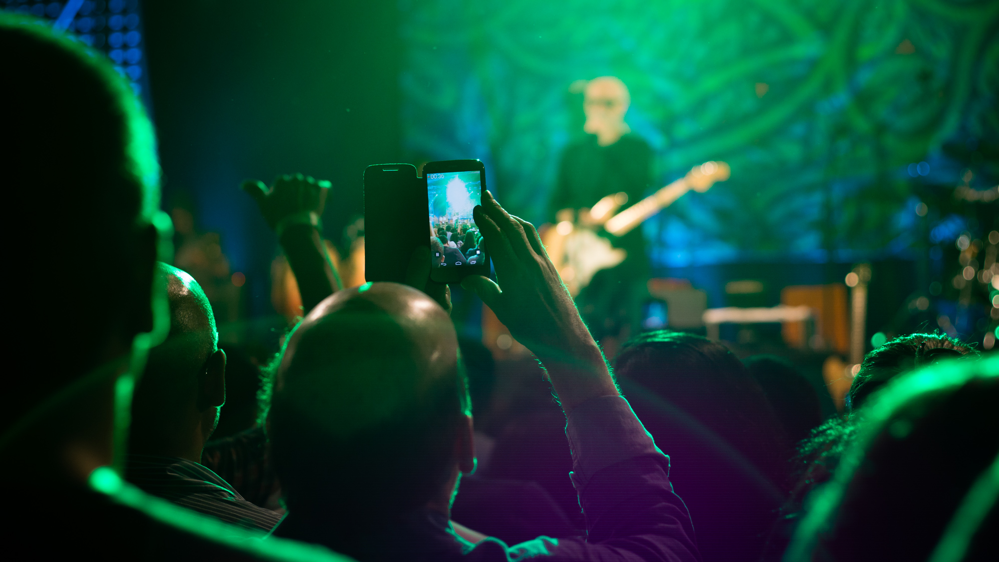 © Javier García-Rosell.Una de las tantas personas que nos encontramos en un concierto haciendo fotos o grabándolo. Al momento de la foto ya tenía grabados 36 segundos de canción (la grabó toda...)