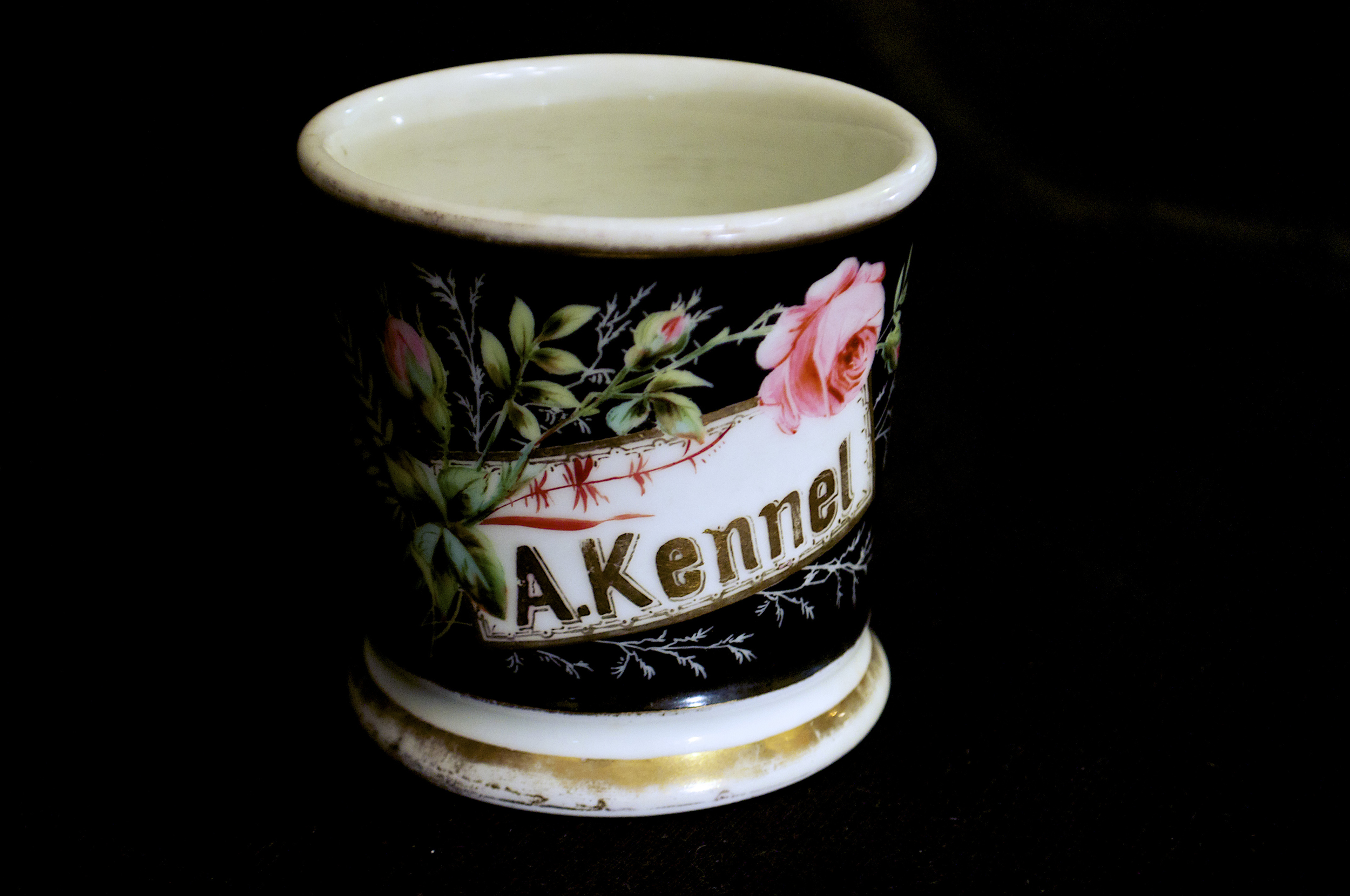 Porcelain occupational shaving mug with enamel and gilt, customized, decorator mark from Fred Bolle, circa 1900s, French (porcelain) and American (decoration).