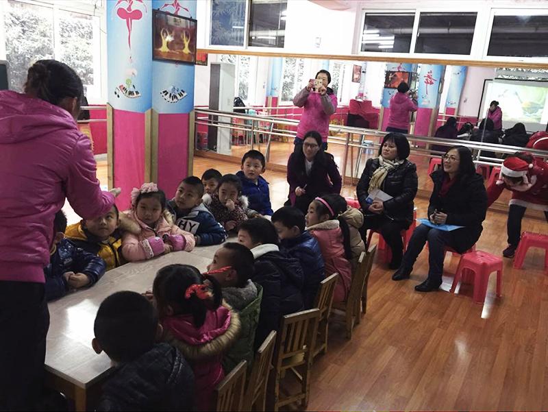 The kindergarten children debating each other in two teams.