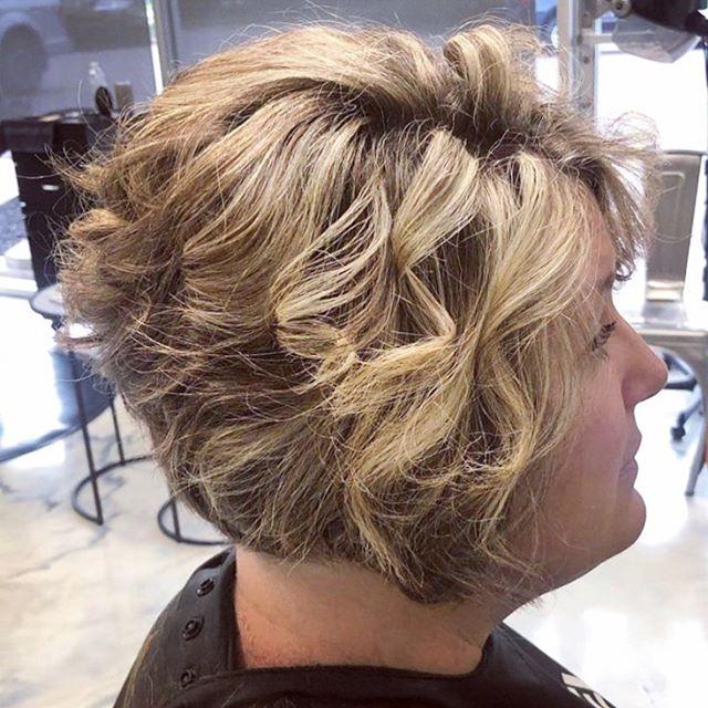 Cute✅ Curly✅ Sassy✅  Cut and color by the talented @jmendyk . #hairandbodysalonsuites #eastlansinghair #michiganstylist #eastlansingsalon #lovelansing #ourclientsrock #lovewhatwedo #dimensionalblonde #curly #cutecut