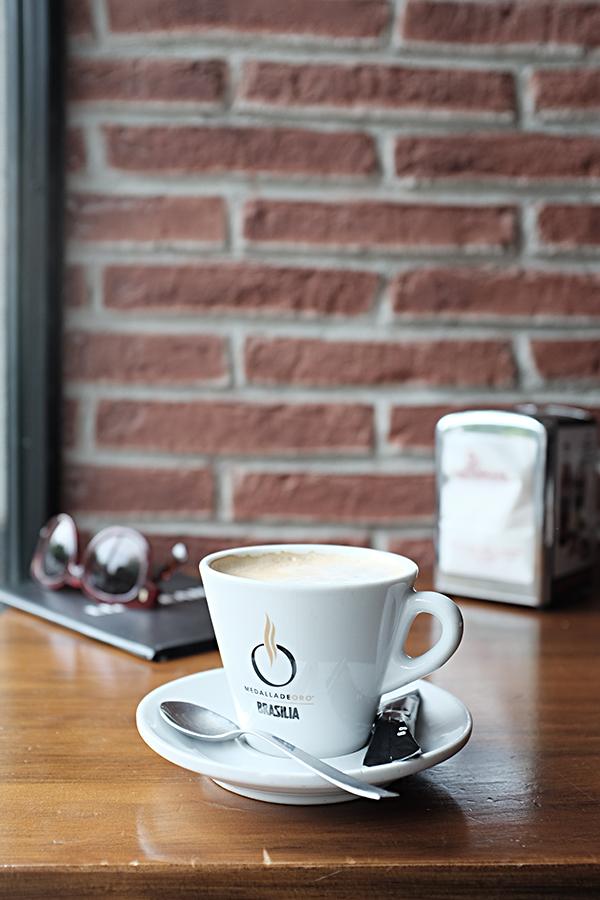Pusryčių kava kažkur netoli Atocha stoties.  Breakfast coffe near Atocha station.