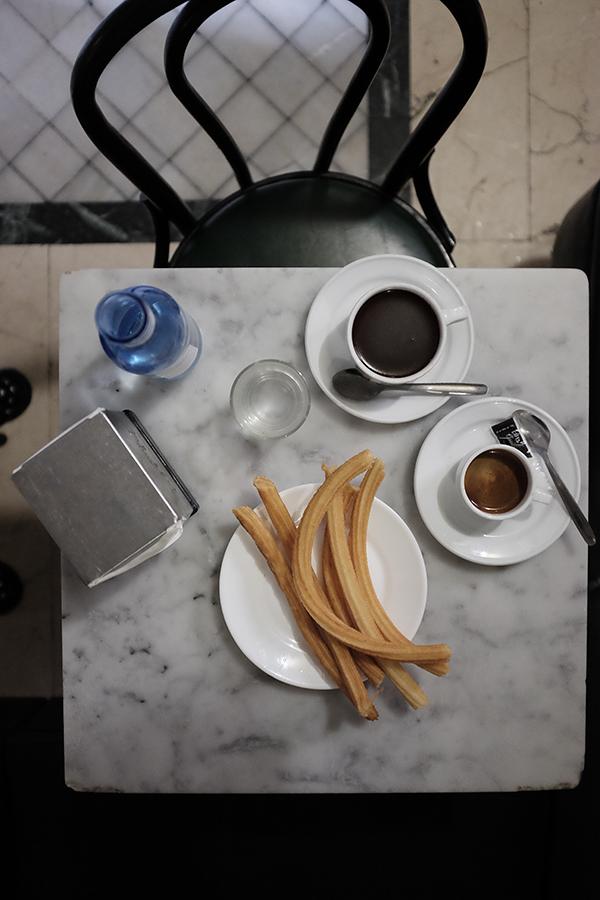 Chocolatería San Ginés.  Tirštas, tamsus, stipraus skonio šokoladas ir Churros. Porcija vienam gerokai per didelė.   Chocolatería San Ginés.  Thick, dark, strong chocolate and the churros .  The portions are pretty big, so it's definitely possible to share with someone.