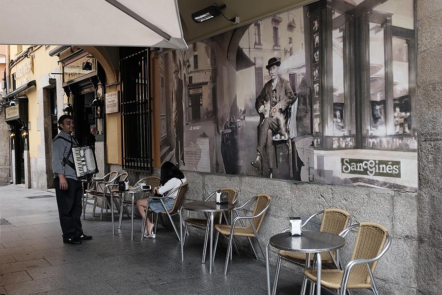 Chocolatería San Ginés . Viena iš tų  must to visit  vietų Madride. Tai tikrai ypatinga vieta, kur, atrodo, laikas sustojęs. Vieta populiari ir tarp vietinių, ir tarp turistų. Dažnai ją aplanko ir įžimybės. Kainos labai draugiškos. Sako, kad čia būna didelės eilės, bet kai aš lankiausi, trumpam buvo dingusi elektra. Tad viduje buvo visiškai tuščia. Tačiau mane mielai aptarnavo. Užsisakiau kavos, vandens ir churros su šokoladu. Sėdėjau visiškai viena, prietemoje, nusotabioje aplinkoje. Tai buvo nuostabu...   Chocolatería San Ginés . It is one of must to visit places in Madrid. It's really special place where time seems not to have passed. The spot is really very popular. Natives, tourists and celebrities love that place with its reasonable prices. It is said that there are always crowded but during my visit it was completely empty beacuase of some problems with electricity. But the staff was very nice and let me in. I Felt a bit strange being the only one customer in such a wonderful place. I ordered coffe, water and churros with chocolate.