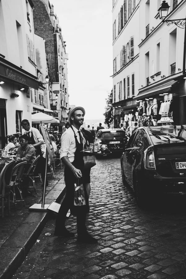 Taip, tai visad šurmuliuojantis Montmartras ir gražuolis garçon!    Yes it's always crowded Motmartre and a handsome le garçon!