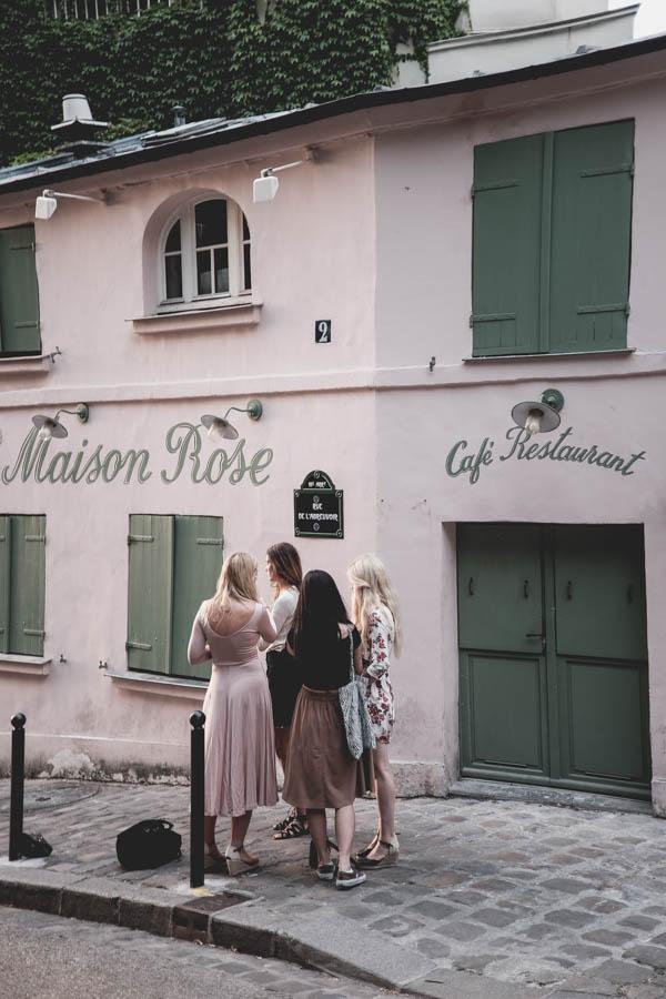 Rožinis namas ir keturios turistės. Montmartras.    La Maison Rose and four tourists. Montmartre.